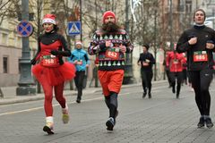 Coureurs sur la course traditionnelle de Noël de Vilnius photographie stock libre de droits