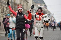 Coureurs sur la course traditionnelle de Noël de Vilnius photos libres de droits