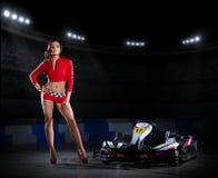Coureuse de fille avec le kart au stade photographie stock