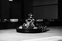 Coureuse karting de jeune femme photo stock