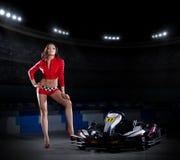 Coureuse karting de jeune fille photo stock