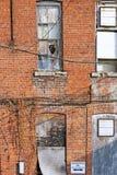 Courez en bas de la construction extérieure avec de vieilles fenêtres cassées Photos stock