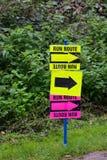 Courez le signe d'itinéraire Photo stock