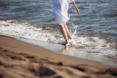 Courez par la mer image libre de droits