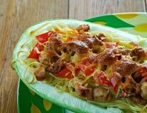 Courge de spaghetti bourrée par poulet de pesto images stock