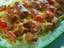 Courge de spaghetti bourrée par poulet de pesto Photos stock