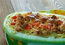 Courge de spaghetti bourrée par poulet de pesto image libre de droits