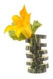 Courgette coupée en tranches avec la feuille et la fleur d'isolement sur le fond blanc photos stock