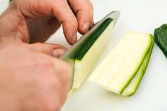 Courgette de découpage de cuisinier Photos stock