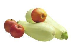 Courgette en appelen, op witte achtergrond wordt geïsoleerd die Royalty-vrije Stock Foto's