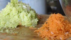 Courgette en wortelen op een rasp aan malen stock footage
