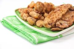 Courgette et champignons frits sur une nappe de plat et de cuisine Photographie stock libre de droits