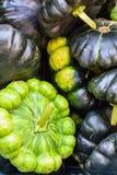 Courgette fraîche et verte sur le marché photo stock