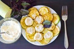 Courgette frite avec de la sauce et une fourchette Photo stock