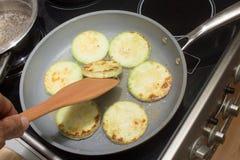 Courgette frite sur la casserole coocing Photos libres de droits