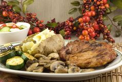 courgette grillée cuite au four de pomme de terre de porkchop de champignons de couche Photo stock