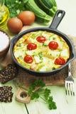 Courgette met kip, kersentomaten en kruiden wordt gebakken dat Stock Foto's