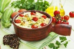 Courgette met kip, kersentomaten en kruiden wordt gebakken dat Royalty-vrije Stock Foto