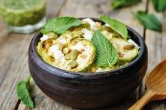 Courgette, millet, menthe, graines de citrouille, salade de fromage de chèvre avec la Co Image stock