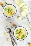 Courgette romige soep stock foto's
