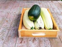 Courgette verte et blanche dans la boîte en bois Image libre de droits