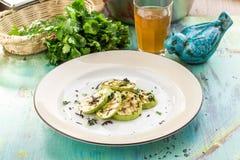 Courgette verte grillée avec les rayures foncées sur la table en bois bleue images stock