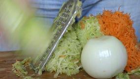 Courgette, wortelen en uienkarbonade op een rasp stock videobeelden