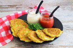 Courgettefritters, eigengemaakte vegetariër royalty-vrije stock afbeeldingen