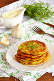 Courgettefritters met knoflook en dille op een plaat Close-up royalty-vrije stock foto