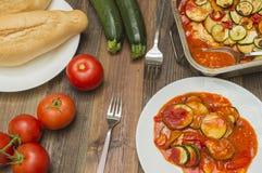 Courgettegratin, met tomaten wordt gebakken die Stock Foto