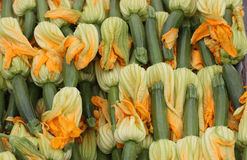 Courgettes de chéri avec des fleurs Images stock