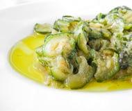Courgettes die met olijfolie en uien worden gekookt. Stock Foto's