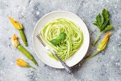 Courgettespaghetti met basilicum Vegetarische plantaardige lage carburatordeegwaren Courgettenoedels of zoodles royalty-vrije stock afbeeldingen
