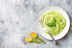 Courgettespaghetti met basilicum Vegetarische plantaardige lage carburatordeegwaren Courgettenoedels of zoodles stock afbeeldingen