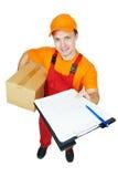 Courier de livreur avec la boîte en carton de colis photographie stock libre de droits