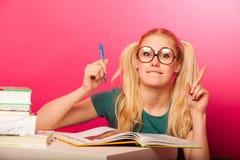 Courious, scolara allegra con due code dei capelli che si siedono sul floo Fotografia Stock Libera da Diritti
