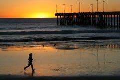 Courir à la plage. Images stock