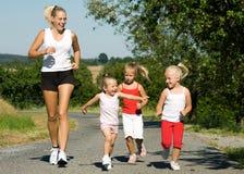 Courir avec la famille Images stock