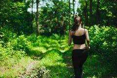 Courir dans la forêt Image libre de droits