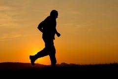 Courir dans le coucher du soleil Photographie stock libre de droits