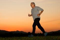 Courir dans le coucher du soleil Photo libre de droits