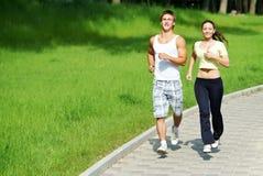 Courir de jeune homme et de femme Photo stock