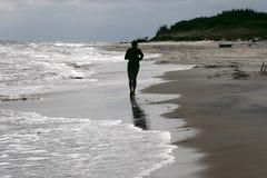 Courir par la mer Photo stock