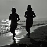 Courir sur la plage Photographie stock libre de droits