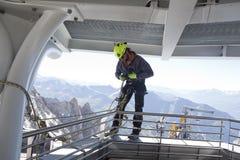 COURMAYEUR, ITALIË - JULI 29, 2016: alpinist die alvorens de Westelijke Alpen cllimbing praktizeren stock foto