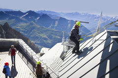COURMAYEUR, ITALIE - 29 JUILLET 2016 : Jeune alpiniste pratiquant avant de cllimbing le bâti Blanc photos stock