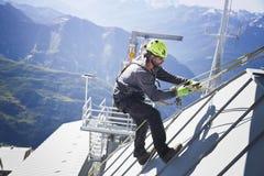 COURMAYEUR, ITALIE - 29 JUILLET 2016 : Jeune alpiniste pratiquant avant de cllimbing le bâti Blanc image stock
