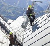 COURMAYEUR, ITALIE - 29 JUILLET 2016 : Jeune alpiniste pratiquant avant de cllimbing le bâti Blanc images stock
