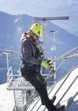 COURMAYEUR, ITALIEN - 29. JULI 2016: Junger eifriger Bergsteiger, der bevor steigen, Blanc anzubringen übt Stockfotos