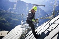 COURMAYEUR ITALIEN - JULI 29, 2016: Ung alpinist som öva, innan att cllimbing monteringen Blanc Arkivbilder